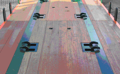 Pianale con ganci per il serraggio di gabbie porta bombole